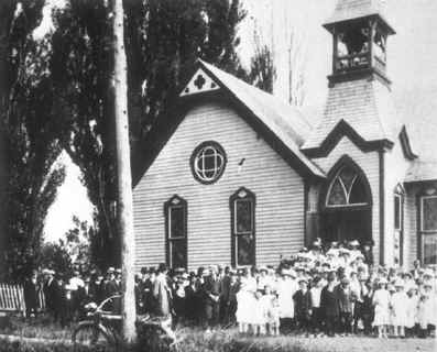 0040___group_of_people_in_front_of_church.JPG (19451 bytes)